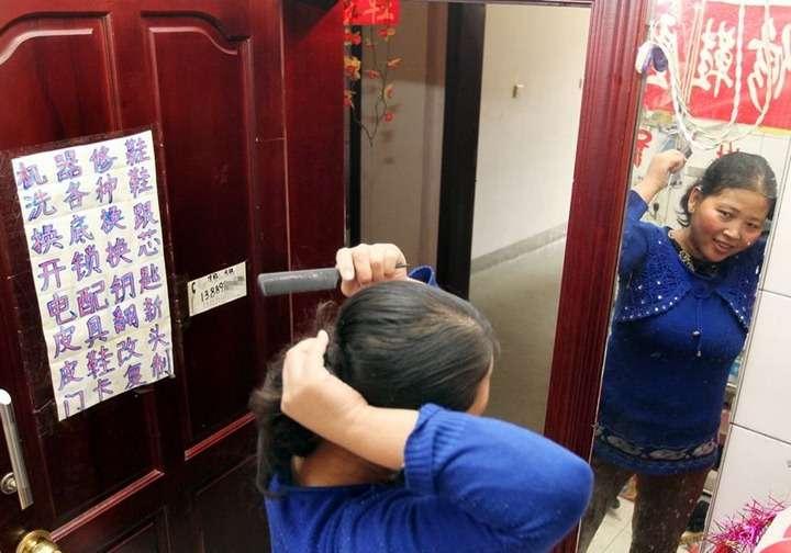 chinesefamilyof3livesin - Una familia lleva seis años viviendo dentro de un baño público en China